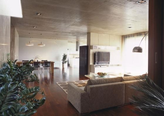 Interiér je pojat minimalisticky a dekoraci tvoří především