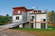 Moderna s mostem a nádvořím
