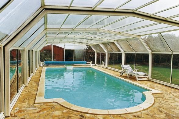 Podchozí zastřešení umožňuje využívat okolí bazénu kposezení vsuchu ipři nevlídném počasí