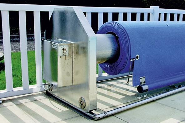 Strojní pohon pro bazénovou plachtu uvedete do pohybu pouhým otočením klíče