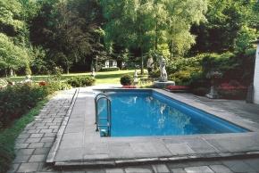 I starší bazén vypadá atraktivně, pokud je obklopen upravenou a bujnou zelení