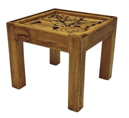 Ručně vyřezávaný konferenční stolek Alcatraz ze dřeva mexické borovice. Cena 7990Kč