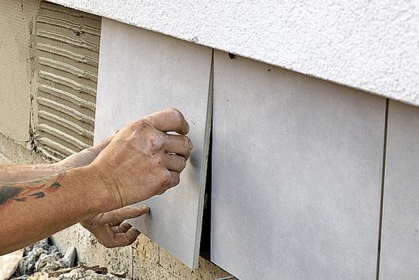 Lepení keramického slinutého obkladu na sokl (podklad, tedy styrodur, je upraven před lepením obkladů armovací mřížkou – perlinkou)
