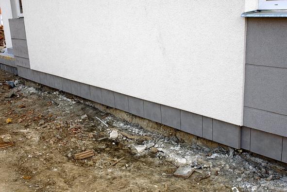 Hotový obložený sokl – stav před úklidem a před montáží okapového chodníku, který bude dotažen ke spodní hraně soklu a začistí tak obklad