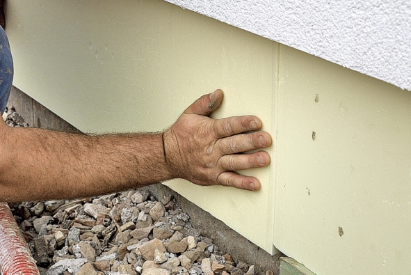 Montáž tepelné izolace na sokl domu přináší zlepšení tepelnětechnických vlastností v místě styku obvodového zdiva se základovou deskou