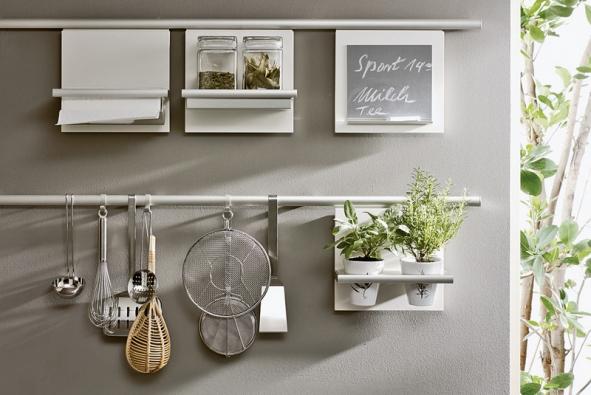 SieMatic, multifunkční závěsný kuchyňský systém na nezbytné maličkosti, které je vždy dobré mít po ruce – na bylinky, koření, dózy, papír, nádobí, vzkazy apoznámky (STOPKA)