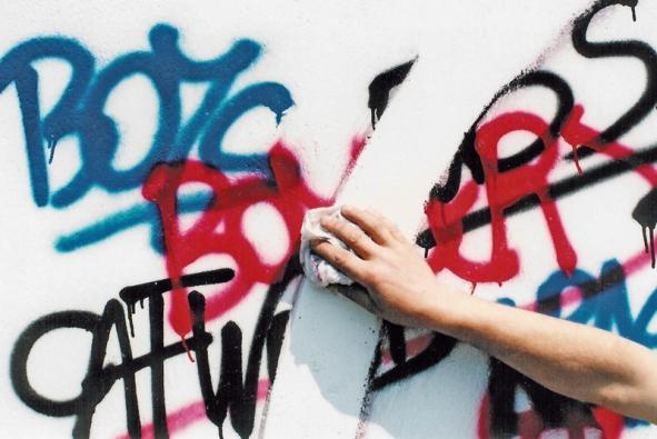 Důležitá je prevence pomocí antigraffiti nátěrů anástřiků. Mnohé přípravky si poradí isněkterými druhy tzv. nesmazatelných (např. lihových) fixů adokážou odstranit iněkolik vrstev barev
