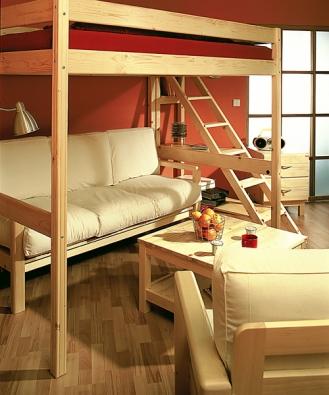 Etážová postel Ráchel zmasivního smrku, cena od 8990Kč, policové schody pořídíte za 2750Kč (Gazel)