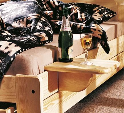 Dvojlůžko Berghen zmasivního smrku lze vybavit odkládacím pultíkem, jenž může suplovat také noční stolek (Gazel)
