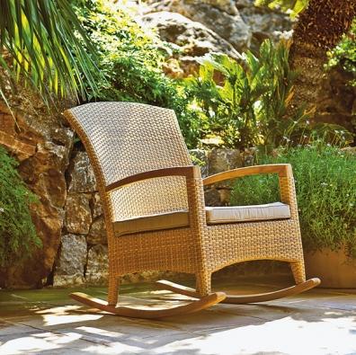 Houpací křeslo Natur je kombinací umělého vlákna Hularo atýkového dřeva. Orientační cena: 25600Kč (Line-Exclusive Group)