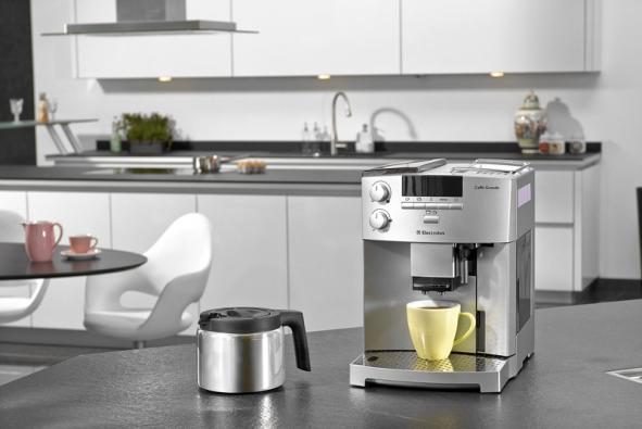 Přístroj na přípravu espressa ECG 6600 během chvilky připraví až deset šálků espressa Caffé Grande Macchiato, orientační cena 33 000 Kč (ELECTROLUX)
