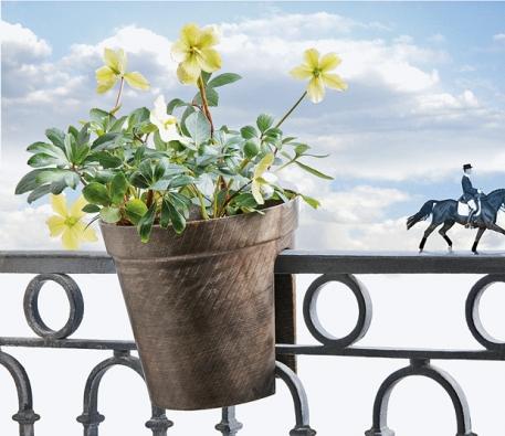 Květináč Cavalier se pevně ´zakousne´ do zábradlí, díky tomu perfektně drží bez dalšího připevnění