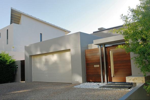 Kvalitní vrata, dálkové ovládání abezpečnostní prvky, to je ideální kombinace (SOMFY)