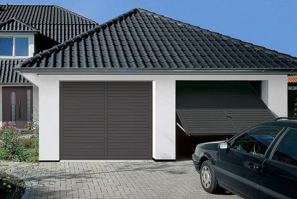 Výklopná garážová vrata vodstínu antracit jsou barevně sladěna sbarvou střešní krytiny (HÖRMANN)