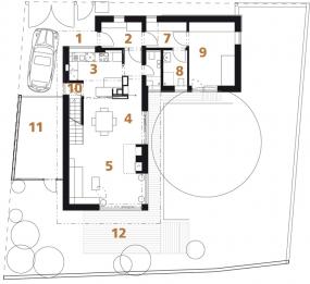 Půdorys přízemí: 1) vstup na pozemek 2) předsíň 3) kuchyň 4) jídelna 5) obývací pokoj 6) koupelna + WC 7) chodba 8) koupelna + WC 9) pokoj pro rodiče 10) vstup do sklepa 11) garáž 12) terasa.