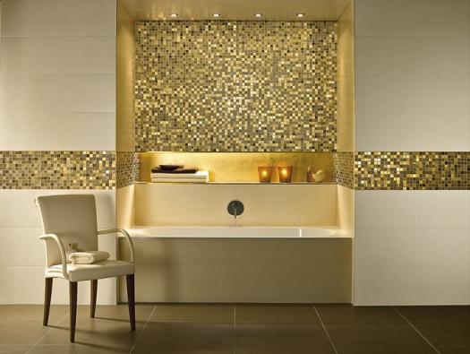 Série Moonlight vúzkém formátu 30 x 90cm má jemný povrch napodobující kámen vbéžové ašedé barvě adekory vprovedení sklo-stříbro-šedá, popřípadě sklo-zlato-béžová (Villeroy & Boch)
