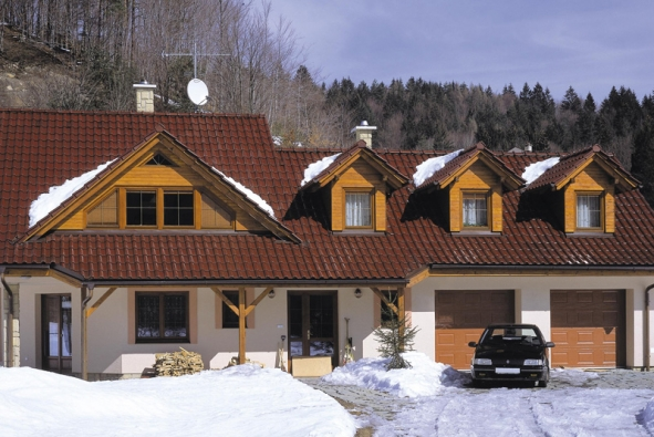 Střecha s červenou románskou glazurou Amadeus (TONDACH)