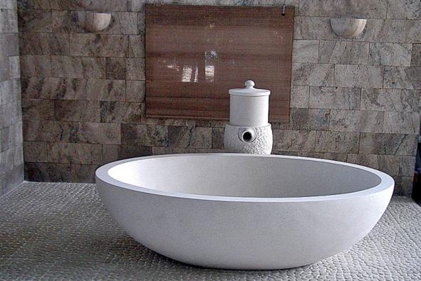 Solitérní vana zbílého kamene (FORTEL DESIGN)