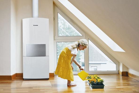 Uvažujete-li ořízeném větrání srekuperací, je dobré se zamyslet nad zdrojem tepla vdomě. Na obrázku je kompaktní plynová stacionární kondenzační jednotka CerasmartModul s elektronikou Bosch Heatronic, která dosahuje účinnosti až 108% (JUNKERS)