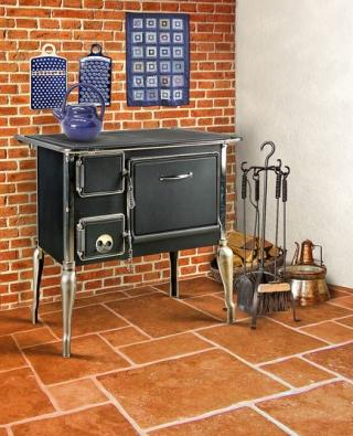 Stylový kuchyňský sporák FIKO 70Nostalgia od firmy Thorma se vyrábí stroubou bez prosklení avčerném provedení. Sjmenovitým výkonem 6,5kW je schopen vytopit prostor oobjemu 65až 165m3. Spotřeba je přitom 2,5kg suchého dřeva za hodinu nebo 1,8kg hnědouhelných briket. Energetická účinnost je 75% při použití dřeva a80% při použití hnědouhelných briket. Sporák Thorma FIKO 70Nostalgia je možné objednat vlevém nebo pravém provedení. Cena sDPH se pohybuje od 15000Kč.