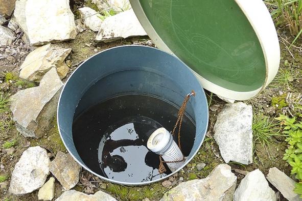 Všachtě na výstupu vidíte úroveň vodní hladiny pod povrchem iregulační řetízek