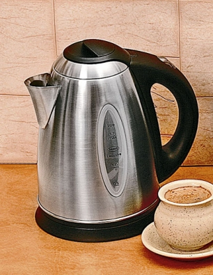"""Varná konvice otevírá přístup knejjednodušší, nejrychlejší anejlevnější přípravě kávy nebo čaje ke snídani. Rodinným standardem jsou konvice sobjemem 1,7 litru, volně otočné asnadno nasaditelné asnímatelné zpodstavce se středovým čepem. Oproti plastovým konvicím je konvice BRAVO Quenn B-1124 zkartáčovaného nerezu trvanlivější a""""decentnější"""". Samozřejmostí je dobře čitelný ukazatel množství napuštěné vody, rovné dno se skrytým topným článkem opříkonu 2200W, vyjímatelný filtr vhrdle proti usazeninám, automatické vypnutí po dosažení bodu varu abezpečnostní aretace víka, chránící uživatele před opařením. Orientační cena 1200Kč."""