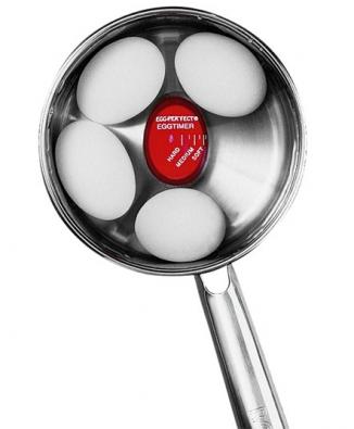 Vajíčkovary jako Petra EA30 spříkonem 350W (978Kč) umožňují uvařit až 7 vajec vnádobce pod nerezovým krytem. Dobu ohřevu musíte nastavit podle toho, zda chcete vejce na měkko, na hniličku, nebo na tvrdo. To chce ale nějakou zkušenost. Levněji vyjde příprava vajec pomocí signalizujícího vajíčka EGG-PER´FECT za 169Kč. Revoluční novinku zprodejen Potten &Pannen vložíte mezi vajíčka položená do vody vjakékoli nádobě. Maketa vajíčka zčerveného hi-tech materiálu začne po uvedení vody do varu černat od obvodu směrem ke středu.