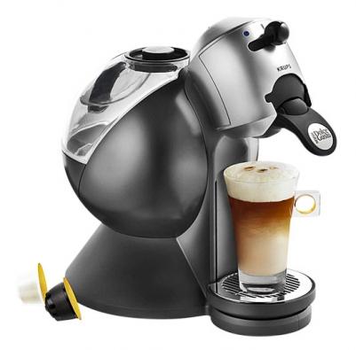 """Připravit šálek dobré kávy či horké čokolády stisknutím páky či tlačítka z""""prefabrikovaných"""" porcí vkapslích nebo vtzv. podech umožňují malé automaty. Nejrozšířenější Dolce Gusto od firmy Krups spříkonem 1500 W (vlevo) připravuje šálek během minuty zosmigramových kapslí Nescafé plněných jemně mletou praženou kávou arabica. Vybrat lze idalší varianty – např. bezkofeinovou kávu, kávu smlékem, které vytvoří na šálku neodolatelnou hustou mléčnou pěnu, horkou čokoládu apod. Vložená kapsle se pohybem páky uzavře ve spařovacím prostoru, jehlový trn ji propíchne tak, aby horká voda ze zásobníku mohla náplň během krátké chvíle vylouhovat. Po odkapání espresa do šálku můžete kapsli se zbytkem tekutiny odložit doodpadního zásobníku. Cena okolo 3–4000Kč podle typu."""