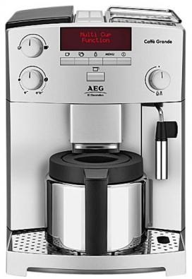Lahodný nápoj připravují ze zrnkové kávy, jejíž odměřenou dávku nejprve semelou. Kávovar Electrolux Caffé Grande ECG6200 je schopen automaticky podle nastavení žádaného počtu šálků (2 až 10), druhu asíly nápoje připravit espresso předspařováním aprotlačováním tlakem 15 barů tak, aby zjemně mletého prášku vytěžil co nejvíce aromatických složek. Kávu lze servírovat vnerezové termokonvici, výškově nastavitelná parní tryska umožňuje vpodstavených šálcích připravit lahodné latté macchiato nebo cappuccino. Kávovar má textový displej aje vybaven proplachovacím samočištěním probíhajícím automaticky před ipo přípravě kávy. Orientační cena 19 000Kč