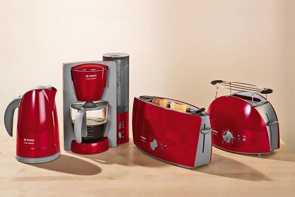 Designérská snídaňová sestava Bosch Private Collection se nabízí ve světle čitmavě červené barvě, včerném, bílém nebo nerezovém provedení. Obsahuje rychlovarnou konvici pro 1,7 litru vody svodoznakem avyjímatelným filtrem (možnost použít technologii Brita), filtrační kávovar 1100W pro 10 až 15 šálků kávy sprůhledným zásobníkem vody atzv. aromaspirálou, regulující průtok spařovací vody, jednoštěrbinový toastér pro dva toasty selektronickým řízením opékání, nebo dvouštěrbinový topinkovač 900W snástavcem na opékání pečiva asfunkcí rozmrazování. Cena okolo 5000Kč.