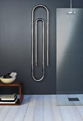 Graffe cromo – závěsné topné těleso připomínající obří kancelářskou sponu se hodí nejen do koupelny, materiál chrom (vyrábí SCIROCCO, dodává AQUA TRADE).