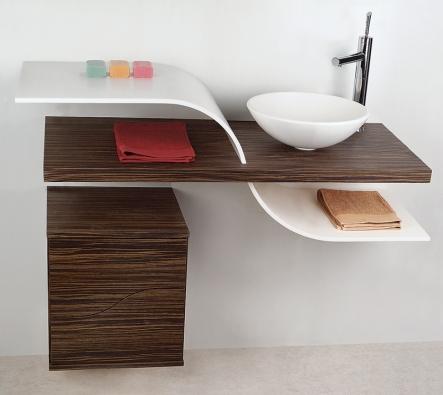 Kolekce Afrodite reprezentovala na veletrhu zbrusu nový pohled na koupelnový nábytek, který vtomto případě tvoří syntézu otevřených, organicky tvarovaných polic atradičních boxů se zásuvkami (BONETTI).