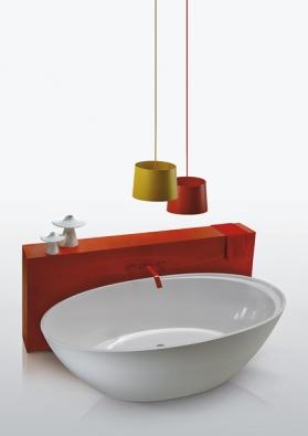 Koupelnu oživují pastelové barvy, její součástí jsou izařizovací předměty zobytných místností. Kolekce Bohémien, design Terri Pecora – vana vrozměru  190 x 88cm zmateriálu CrystalTech® (SIMAS).