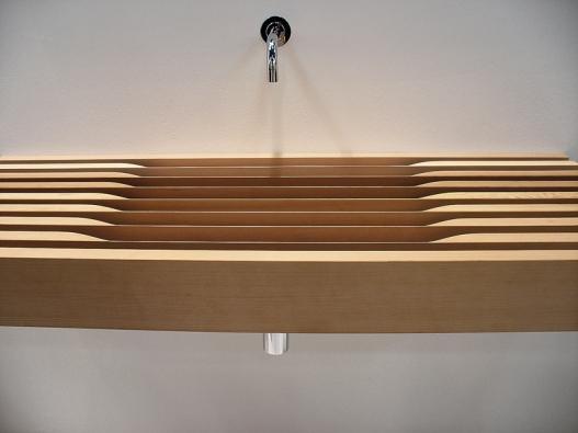 Police, nebo umyvadlo? Dřevo, donedávna používané vkoupelnách pouze sporadicky, se stává také součástí umyvadla – model One cool od designéra Mattea Thuna (RAPSEL).