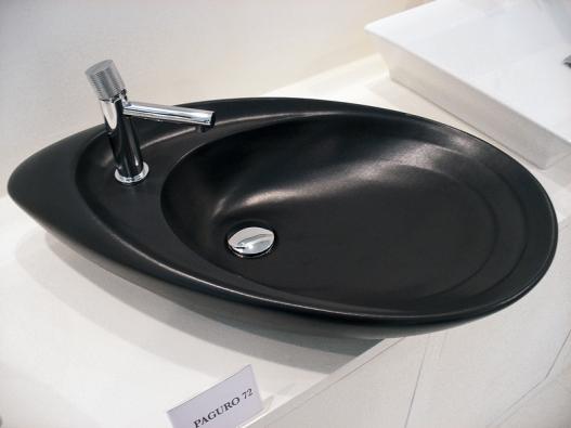 Černé keramické umyvadlo Paguro ve tvaru škeble (MERIDIANA).