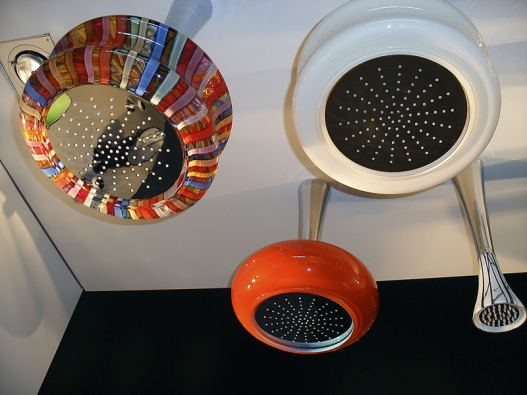 Jako veselé pestrobarevné pokojové lampy vypadají hlavové sprchy od výrobce BONGIO.