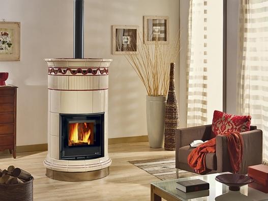 Kulatá kachlová kamna Venere Vogue svysokou akumulací tepla (hmotnost 310kg, výkon 8 kW, třízónové spalování) umožňují ideální umístění vprostoru, aby teplo neunikalo do zdi (TOP-EL).
