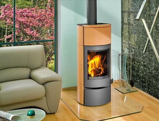 Keramická krbová kamna Avila mají zajímavě řešené otvírání adíky akumulační schopnosti dovedou ještě po vyhasnutí ohně předávat sálavé teplo do místnosti (ROMOTOP).