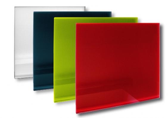Skleněné sálavé panely GR zbezpečnostního tvrzeného skla, sčistými liniemi bez orámování. Panely se zavěšují přímo na stěnu (FENIX TRADING).