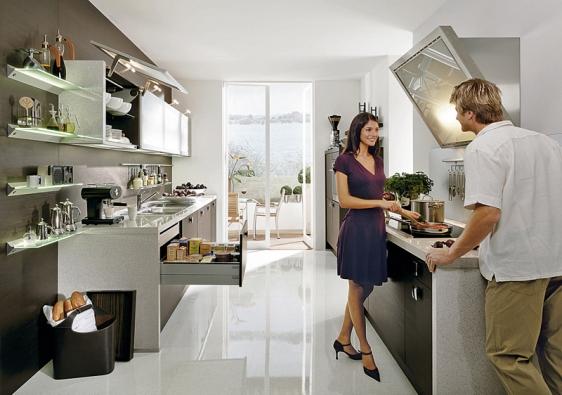 Kuchyňská sestava Manhattan vodstínu wengé slaminátovou pracovní  deskou vodstínu Light Glitterstone,  cena od 26 000 Kč za bm (vyrábí NOLTE, dodává ATELIER PEDRO)m.