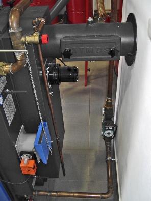 Napojení kotle na kouřovod je náchylné k zanášení sazemi, jeho čištění umožňuje speciální otvor (ATMOS).