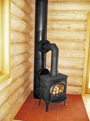 Chytré řešení odvodu spalin  v dřevěném srubu za použití systému KeraStar v černém provedení (Schiedel).