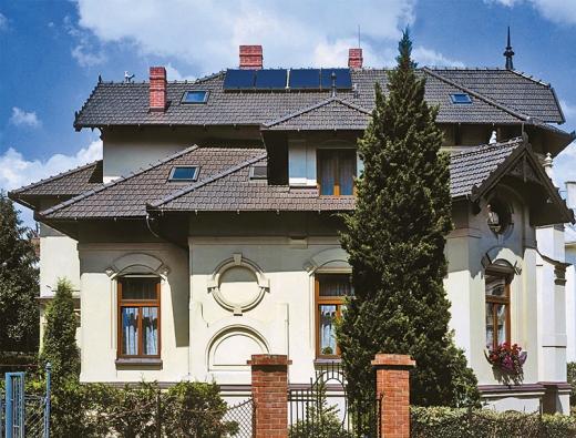 Solární panely jsou slučitelné i s historickou budovou (TONDACH).