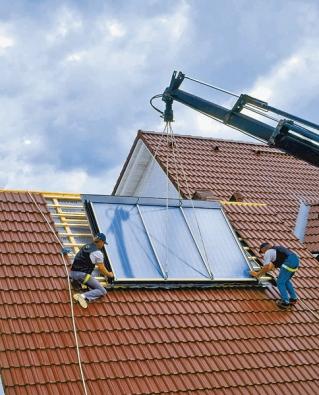 Instalace solárního kolektoru pomocí jeřábu (BRAMAC).