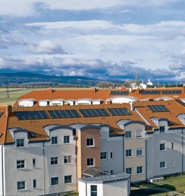 Solární panely na střeše vícepodlažní budovy