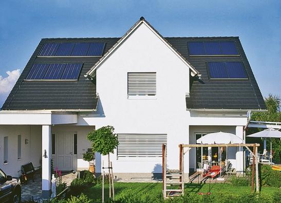Příklad solárních panelů integrovaných do střešního pláště (BRAMAC).
