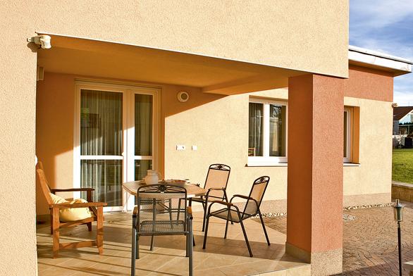 Energetickou náročnost domu snižují obvodové zdi ztermo cihel Heluz, nadstandardní zateplení, plastová okna sdvojitými izolačními skly aautomatické venkovní rolety.