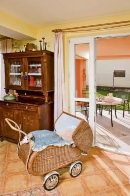 Vteplých dnech nahrazuje větrání domu pomocí rekuperace prosté otevření francouzského okna uterasy.