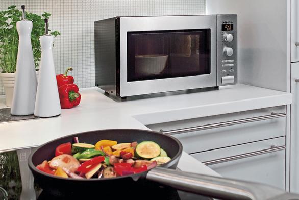 Volně stojící mikrovlnná trouba M 8201-1 s grilem, nerez, pro talíře s průměrem do 32 cm, maximální výkon 900 W,  17 automatických programů, cena 16 990 Kč (MIELE).