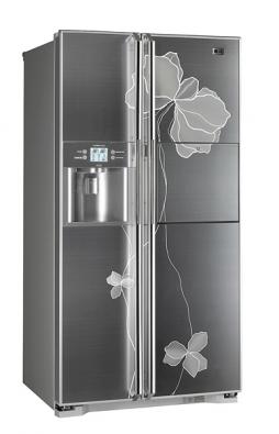 Chladnička GR-P247JCMA sfotomechanicky leptaným designem,  ve standardním rozměru nabízí větší objem, výrobník ledu umístěn  ve dveřích, dotykový displej, domácí bar sdotykovým ovládáním, cena přibližně 54000Kč (LG).
